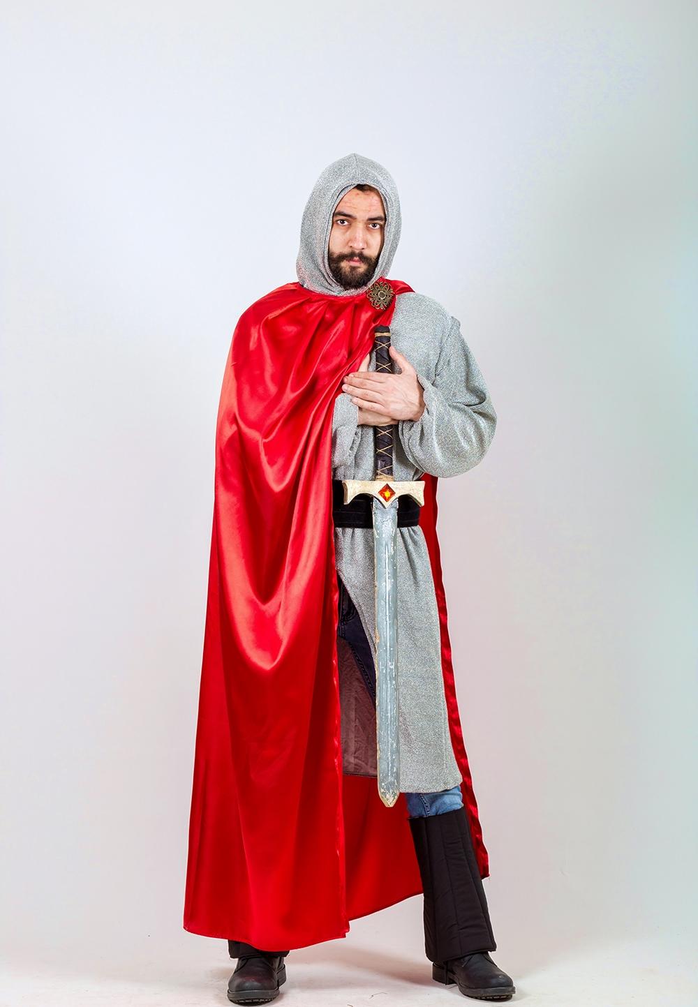 sovalye-gumus-kırmızı-pelerin